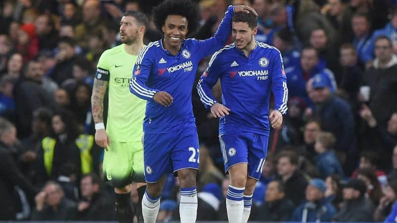 Manchester United target Willian wants new Chelsea contract